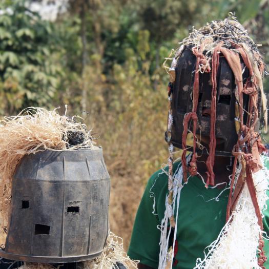 enfants imitant les danses des sociétés secrètes, fondjomekwet, Cameroun